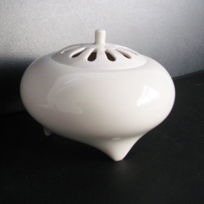incense burner 16 - 4 Artist: Hidenori Nishioka Dia: 12.5cm, H: 9.5cm Price: £200
