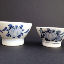 a pair of bowls 25 - 24 Big Dia: 12cm, H: 7cm Small Dia: 11cm, H: 6cm Price: £17