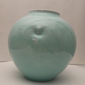 camelia vase 2 - 1 Artist: Yoshito Sakai Dia: 30cm, H: 29cm Price: £2000